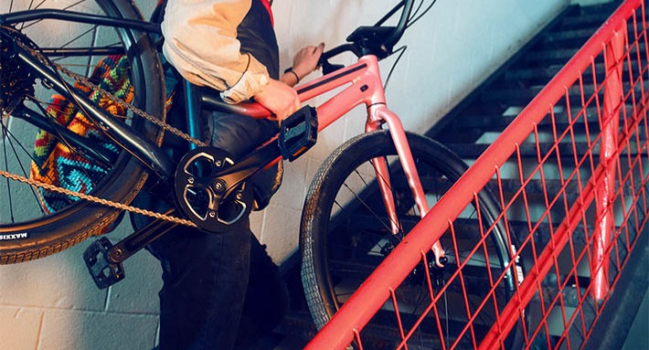 Person carrying a Cannondale Treadwell bike up flight of stairs