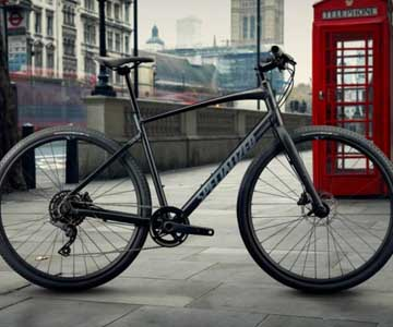 A Specialized Sirrus bike in a city