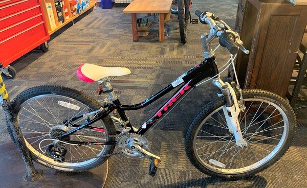 Trek USED Trek MT220 24-inch 21-speed Black/Pink
