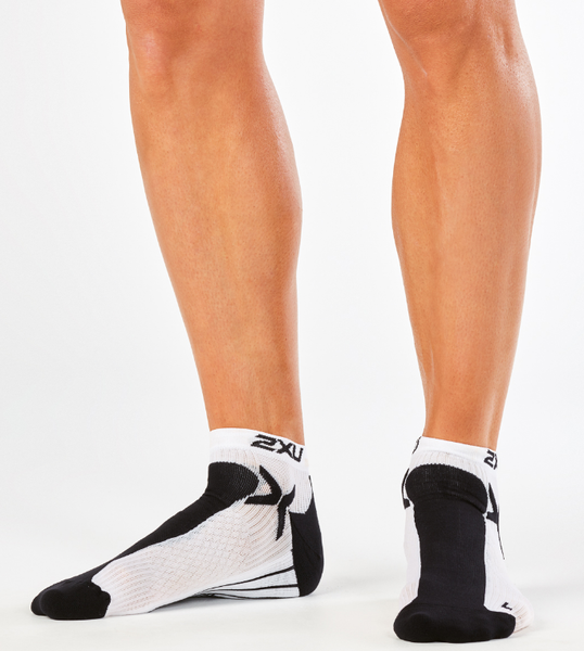 2XU PERFORMANCE LOW RISE SOCK Color: BLACK/WHITE