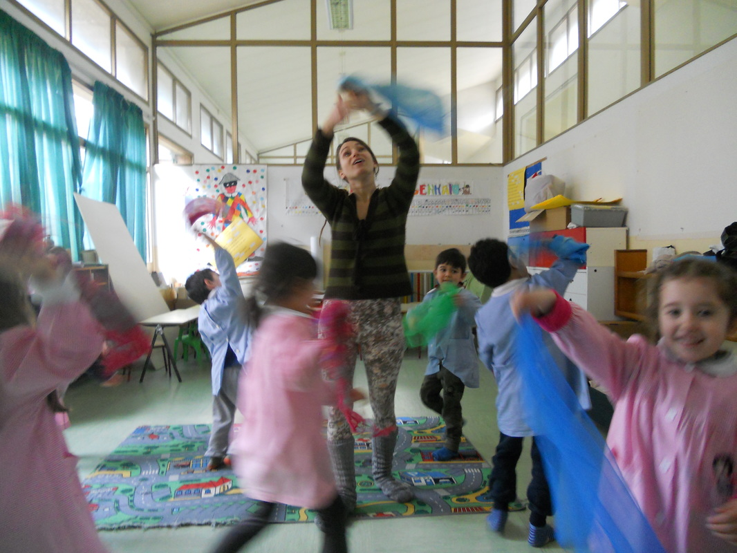 Eleonora Pellegrini teaching kids song and dance.