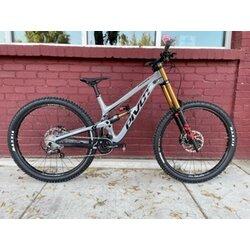 Pivot Cycles Phoenix Pro Saint with Factory Fork